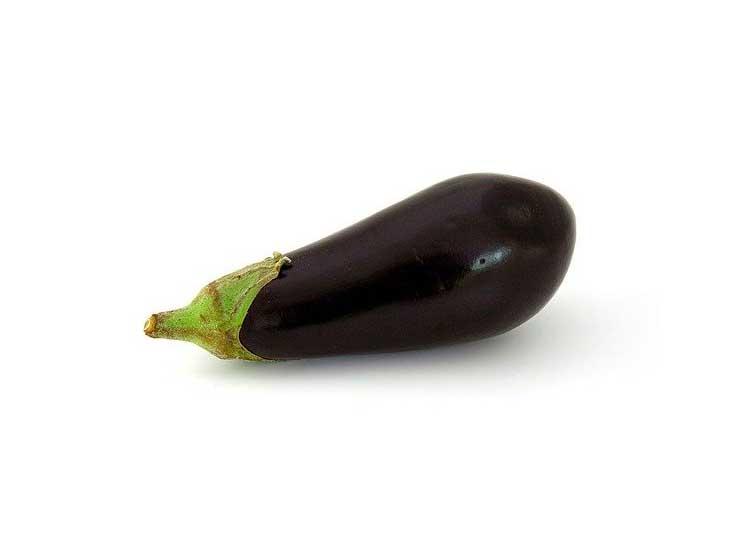 des aubergines dans votre panier de fruits et légumes frais