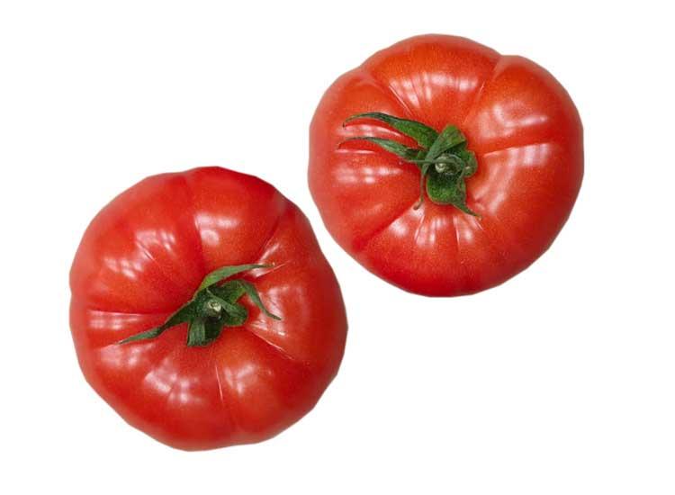 Panier de légumes avec tomates charnues